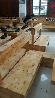 Ghế băng gỗ thông hoặc keo
